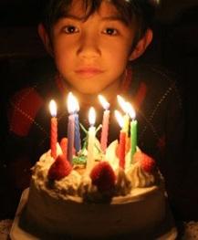 Barn blåser ut ljus på sin födelsedag