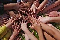 Barn håller varandra i handen