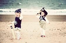 Skattjakt med två barn utklädda till sjörövare