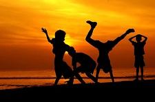 Barn som ägnar sig åt lekar i solen