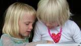 Barn som läser barnböcker tillsammans
