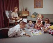 Familj spelar sällskapsspel