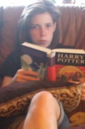 Ett barn läser på resan
