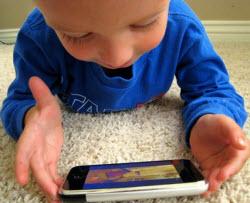 Barn älskar att leka med mobiler