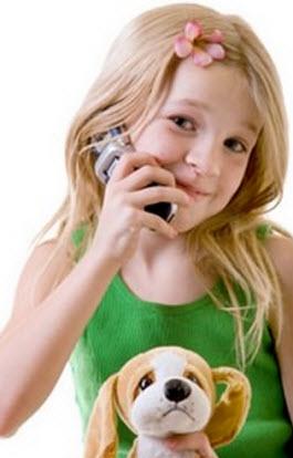 En liten tjej med en smartphone