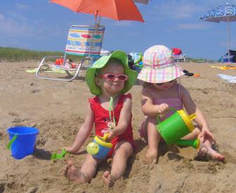 Barn leker vid strandkanten