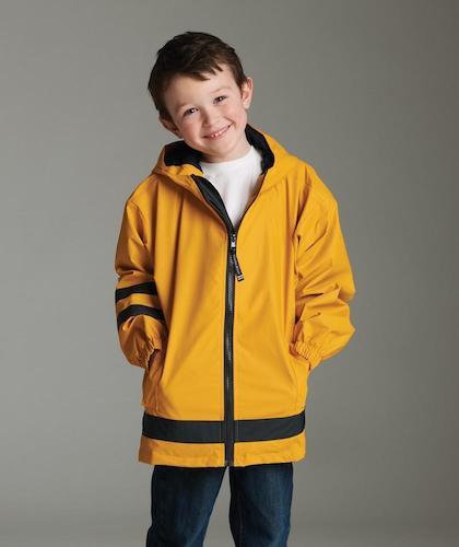 Leende barn i en gul jacka